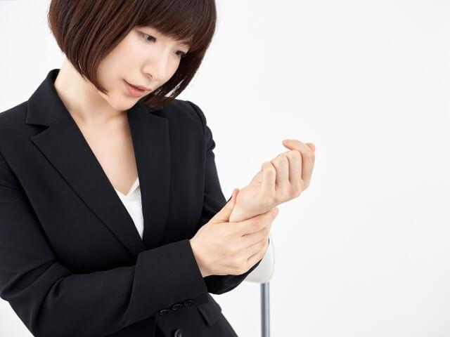 手首の痛みに悩む女性