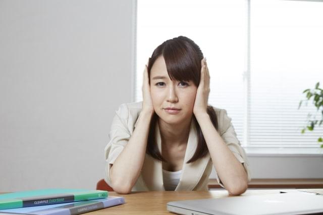 頭痛がつらい女性